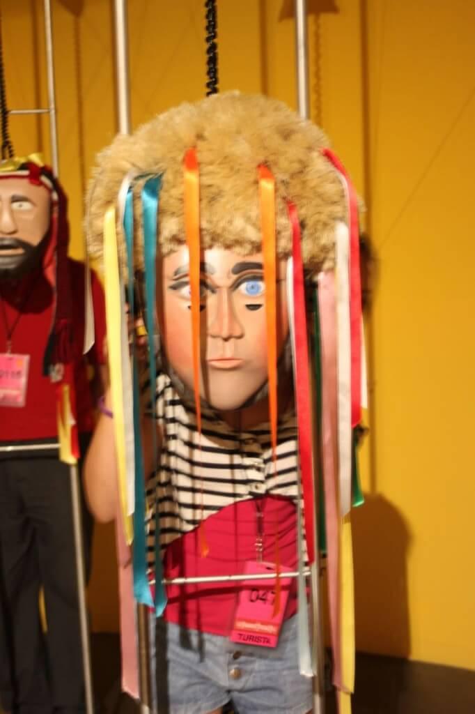 Amelia en la exhibición Mundo de Máscaras. Foto: V