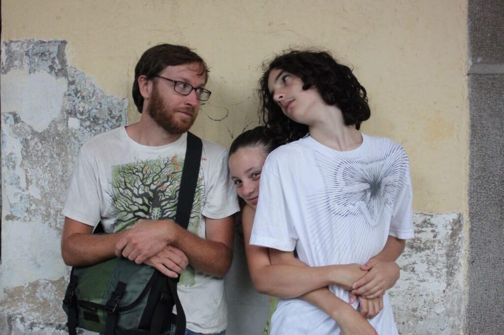 Esperando a que escampe en la plaza central de Antigua. Foto: V